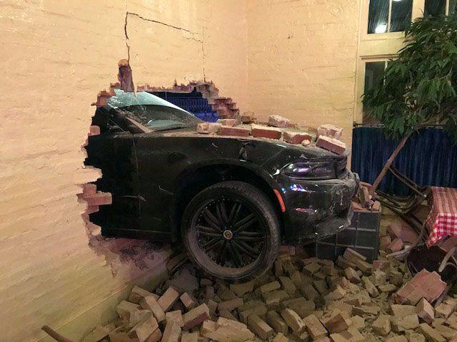 Un Dodge Challenger se estrelló contra S&D Oyster Company en Uptown Dallas el 17 de julio de 2021.