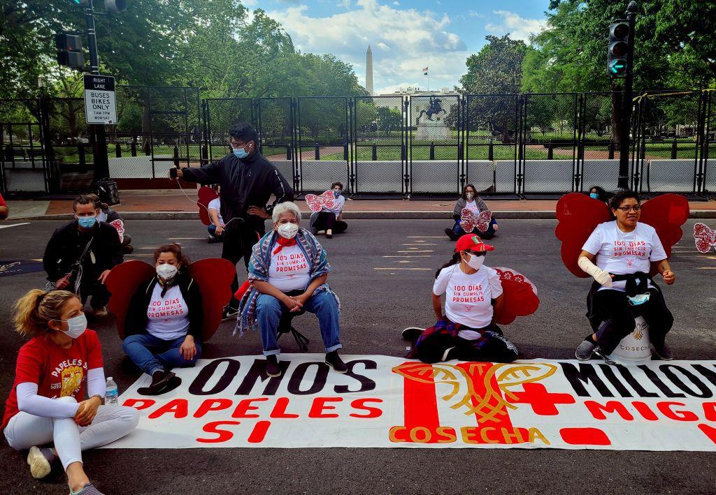 Activistas de las organizaciones de migrantes Cosecha (Harvest) y TPS Alliance protestan cerca de la Casa Blanca el 30 de abril en Washington, DC., para exigir más acciones migratorias de la administración del presidente estadounidense Joe Biden.