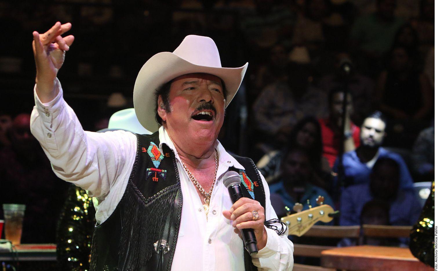 El cantante de música norteña Lalo Mora fue hospitalizado tras presentar síntomas de covid.