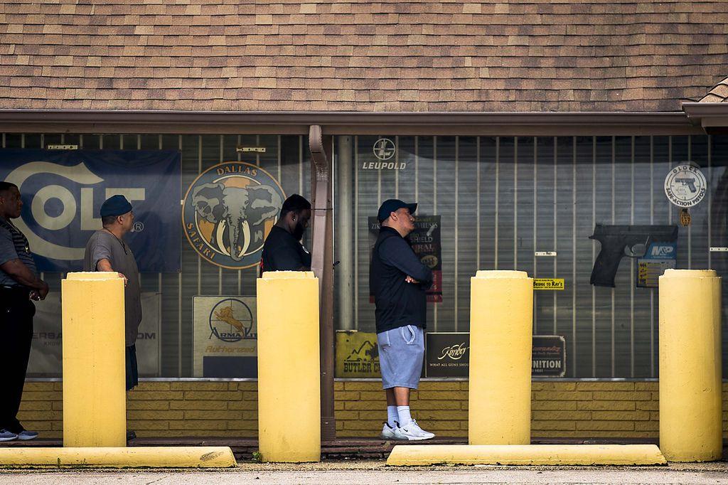En Ray's Hardware and Sporting Goods, en West Dallas, esta semana la gente hacía fila por varios minutos para poder entrar y comprar un arma o balas.