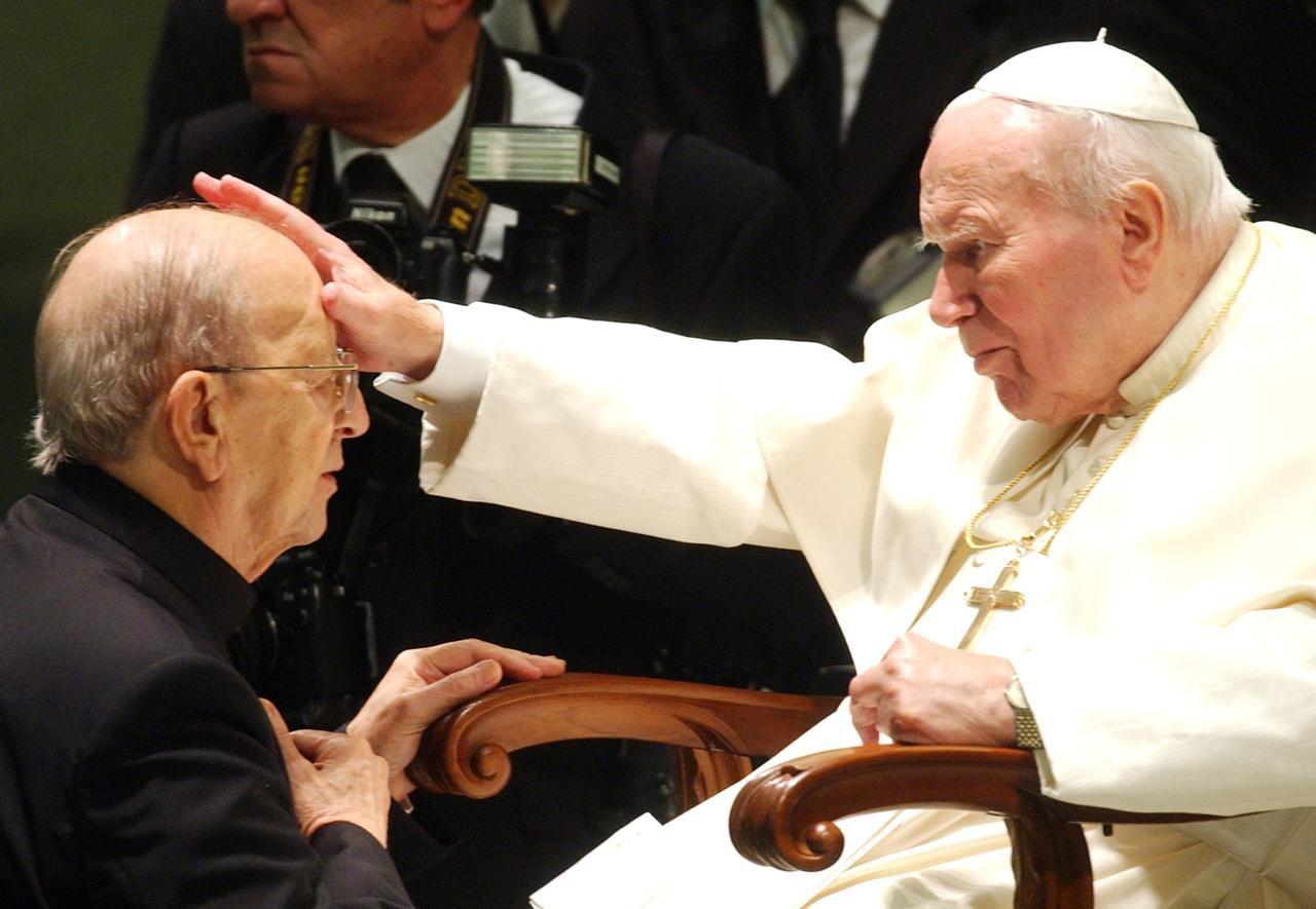 Juan Pablo II da su bendición a Marcial Maciel (der.), el desprestigiado sacerdote fundador de los Legionarios de Cristo. (AP/PLINIO LEPRI)