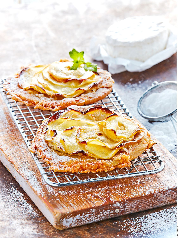 La tarta de camembert con manzana y canela la puede lograr al mezclar todos los ingredientes en un tazón hasta obtener una masa homogénea, sin sobre amasar. Dividir en 8 y colocar en la base de los moldes.
