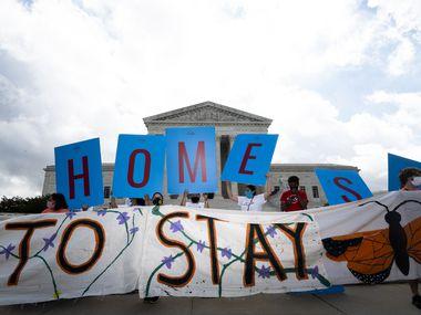 Jóvenes se reunieron el 18 de junio afuera de la Corte de Justicia en espera del fallo sobre el programa de Acción Diferida.