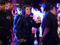 La jefa de la Policía de Dallas Reneé Hall trata de calmar a un manifestante el viernes por la noche en Dallas.