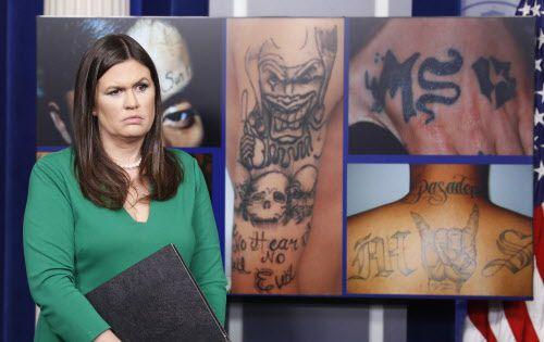 La secretaria de prensa de la Casa Blanca, Sarah Huckabee Sanders, con fotos de miembros de MS 13, durante una conferencia de prensa. Foto AP