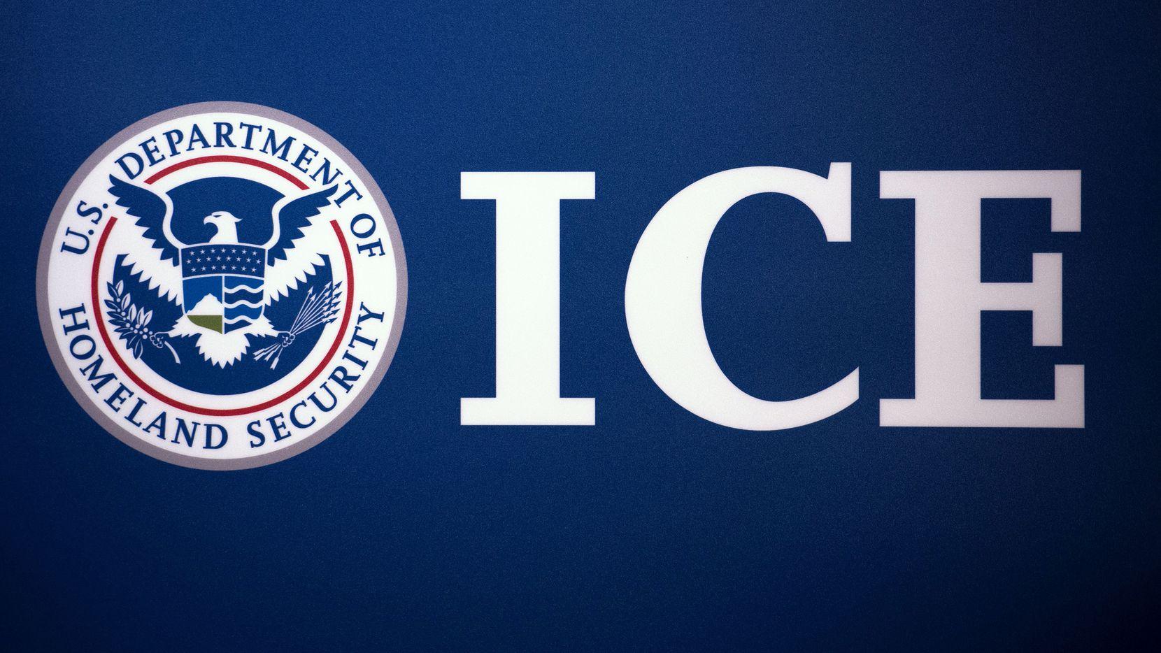 ICE emitió una alerta sobre impostores que le piden dinero o hasta favores sexuales a cambio de supuestos beneficios de migración que resultan ser falsos.