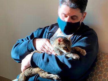 Foto proporcionada por Los Angeles County Department of Animal Care and Control muestran a la gatita Brandy con su dueño Charles.