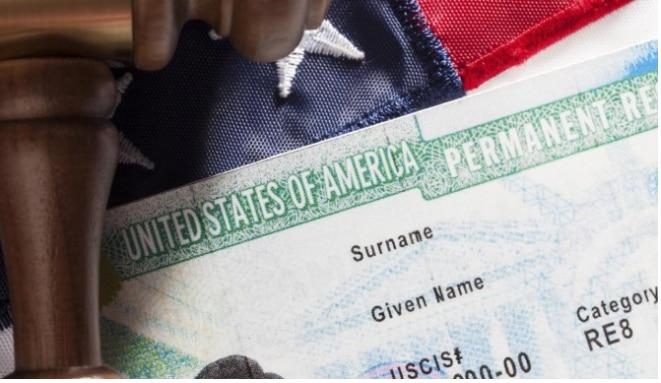 El abogado de inmigración Allan Warnick responde preguntas sobre inmigración./AP