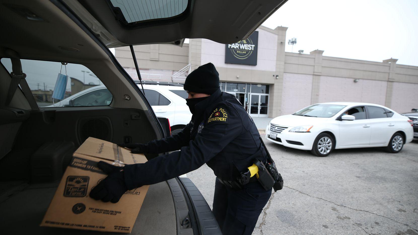 El programa Unidos de la policía de Dallas está repartiendo más de 500 despensas el miércoles en Pleasant Grove.