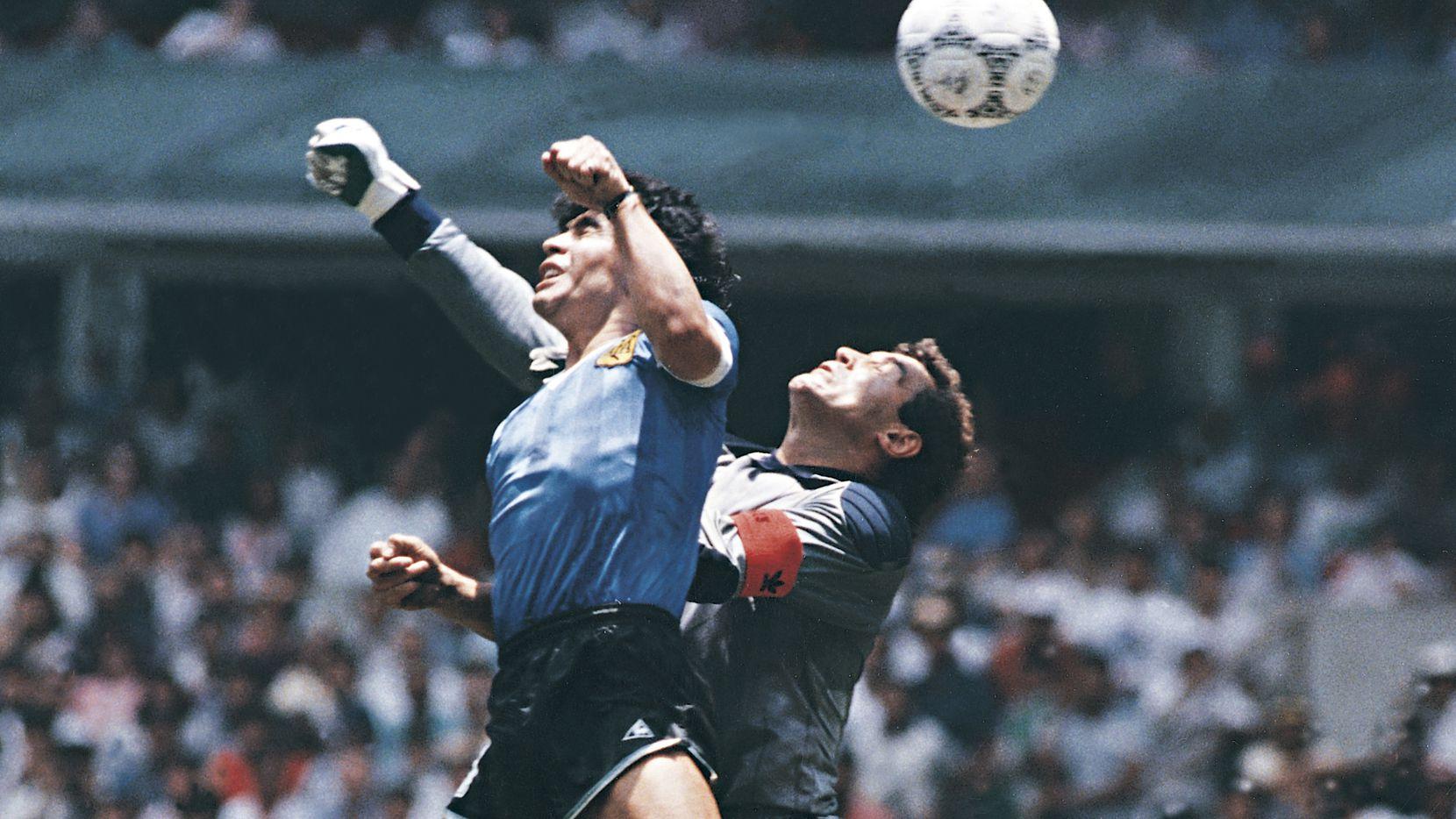 """El gol que Diego Maradona bautizó como la """"Mano de Dios"""" ante Inglaterra en la cancha del Estadio Azteca, en la Copa del Mundo de México 1986."""