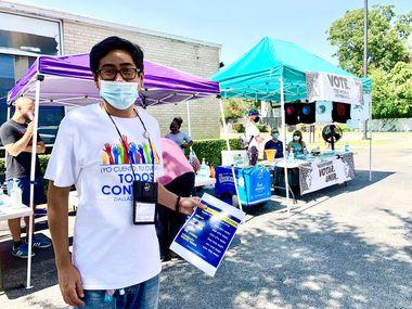 Julio Acosta, voluntario de la organización Somos Tejas, esperaba votantes hispanos para anotarlos en el padrón en una mesa de registro.