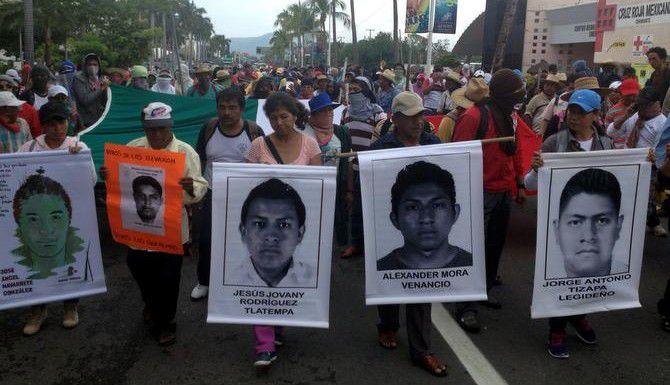 Miles de personas, incuyendo familiares y amigos de los 43 estudiantes desaparecidos, marchan camino al aeropuerto de Acapulco, Guerrero.(AGENCIA REFORMA)