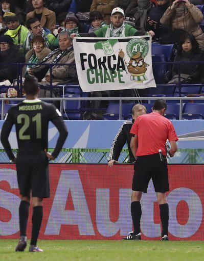 El referí Viktor Kassai, derecha, mira el video de la jugada. Foto AP