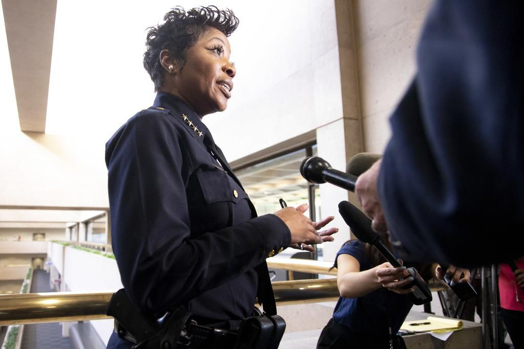 La jefa de la Policía de Dallas,  U. Renee Hall, dijo que aumentará patrullajes en barrios clave durante la sesión informativo sobre seguridad pública en el Concejo. (DMN/SHABAN ATHUMAN)