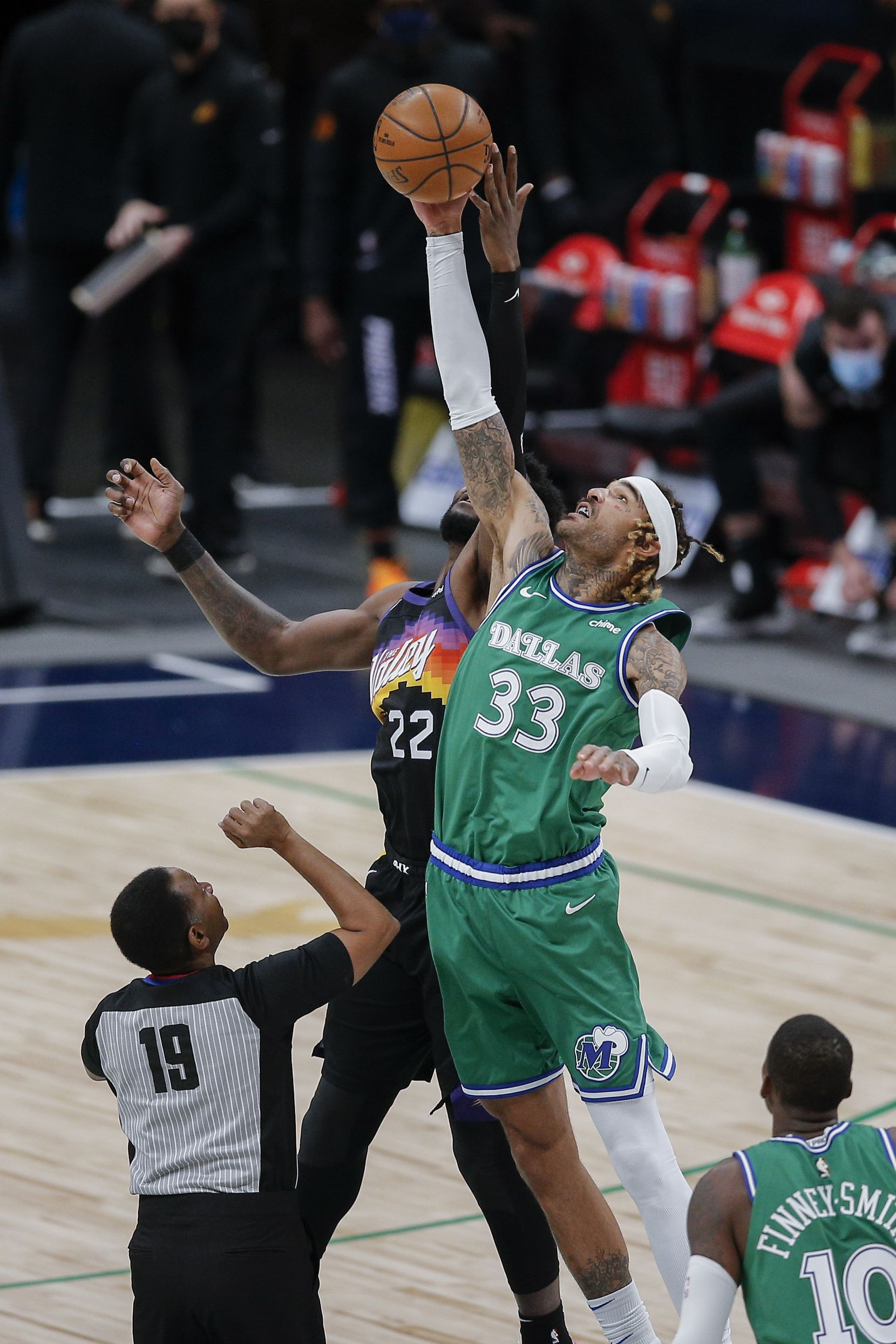 Dallas Mavericks forward Willie Cauley-Stein (33) wins the opening tip off against Phoenix Suns forward Deandre Ayton (22)  during the first half of an NBA basketball game in Dallas, Saturday, January 30, 2021. (Brandon Wade/Special Contributor)
