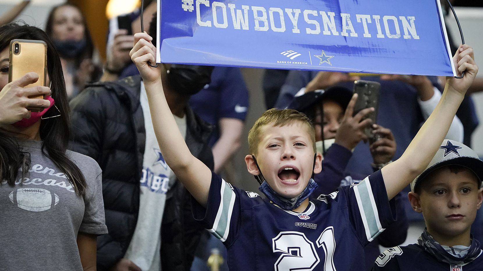 Seguidores de los Cowboys de Dallas de todas edades suelen pasar un buen tiempo en las gradas del AT&T Stadium de Arlington.