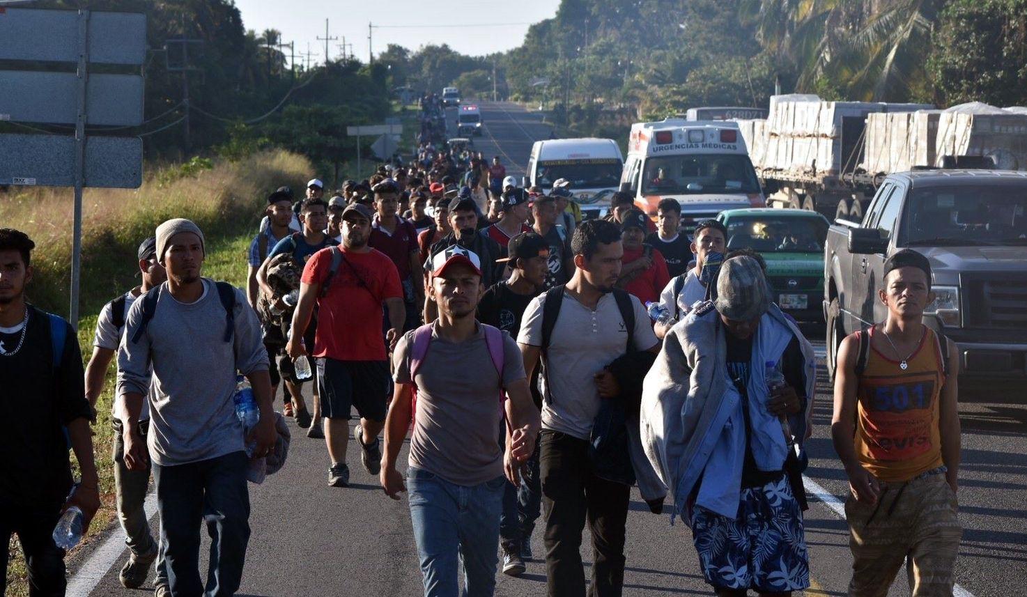 Un grupo de personas avanza a pie por carreteras de Chiapas, al internarse en territorio de México.