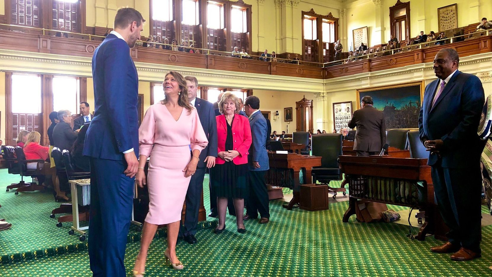 Dirk Nowitzki, jugador retirado de los Dallas Mavericks platica con la Joan Huffman, senadora de Houston en la legoslatura estatal, el martes 14 de mayo. (Por Rebekah Allen/DMN)