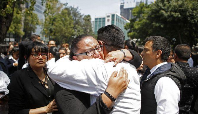 Una mujer es consolada tras el sismo de la Ciudad de México. Foto AP