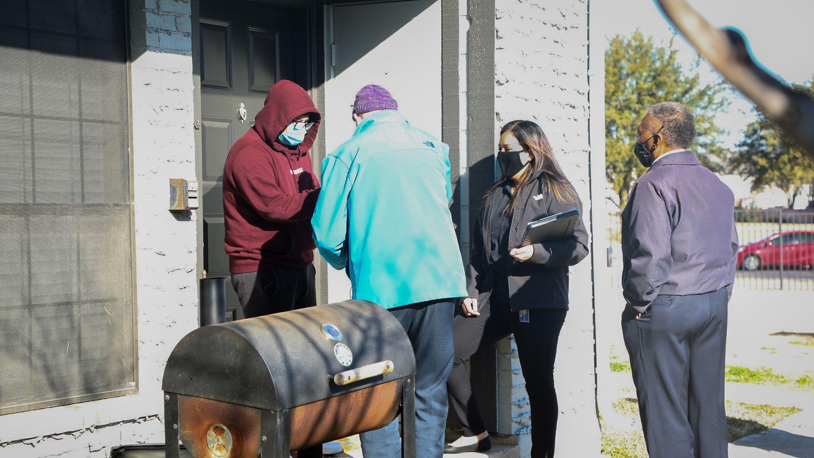 Personal del Irving ISD (Desde la izq.) Michael Crotty, Norma Jiménez y Ken Jenkins entregan cupones a un estudiante que ha mejorado su asistencia a clases. El ausentismo escolar se incrementado de manera dramática en el Norte de Texas debido a la pandemia.