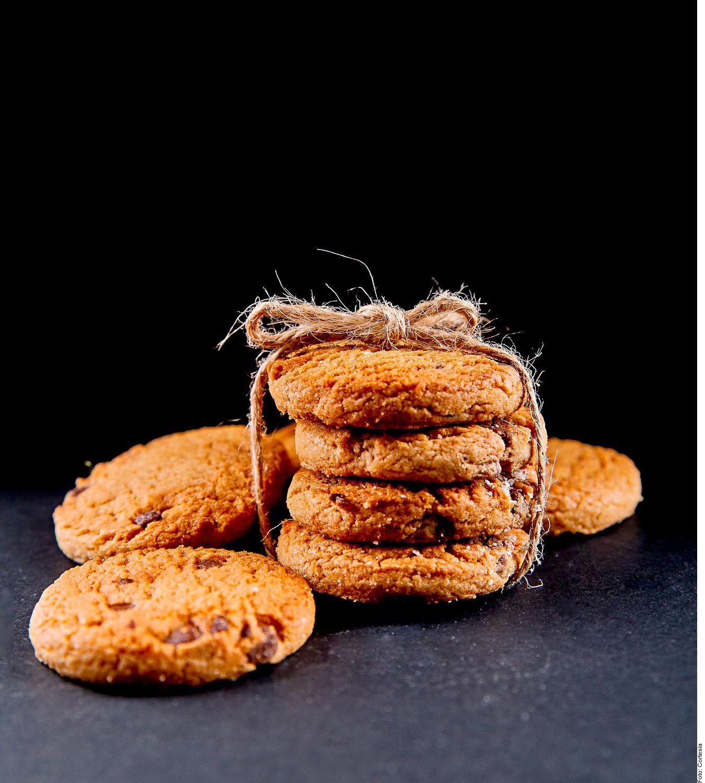 Las galletas especiadas con chispas de chocolate se logran al mezclar el puré, la crema y los huevos en un tazón. Integrar las especias y el jarabe. Incorporar la harina y el bicarbonato hasta tener una masa homogénea.