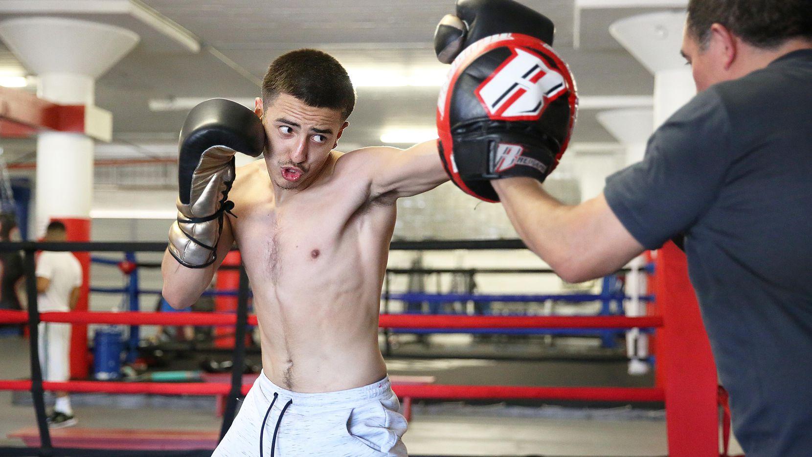 Ángel Alejandro, de 17 años, es el único boxeador que representará a Dallas en el torneo nacional Golden Gloves of America. (ESPECIAL PARA AL DÍA/OMAR VEGA)