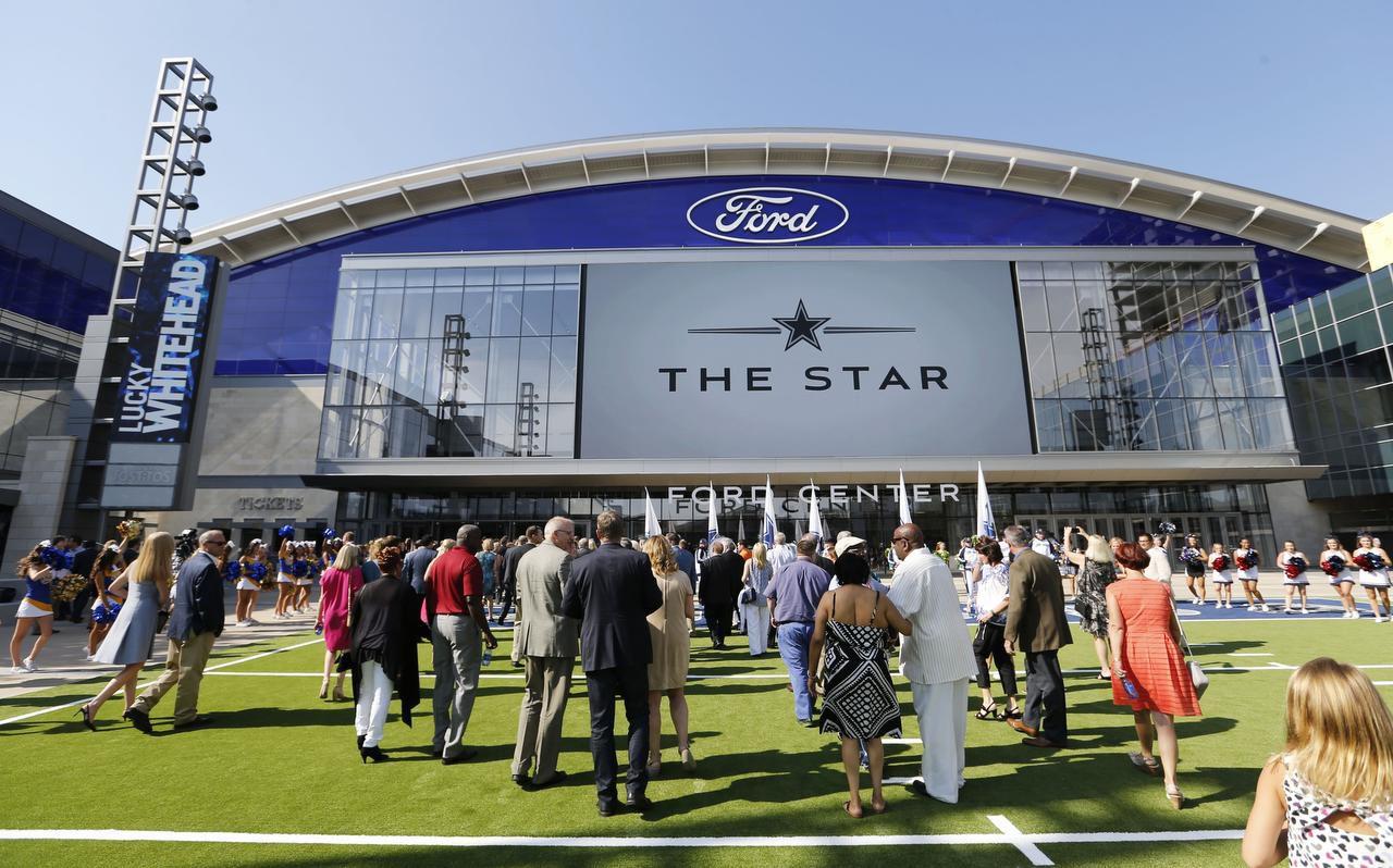 Visitantes caminan al interior del complejo The Star, la nueva sede de los Cowboys de Dallas en Frisco. (DMN/VERNON BRYANT)