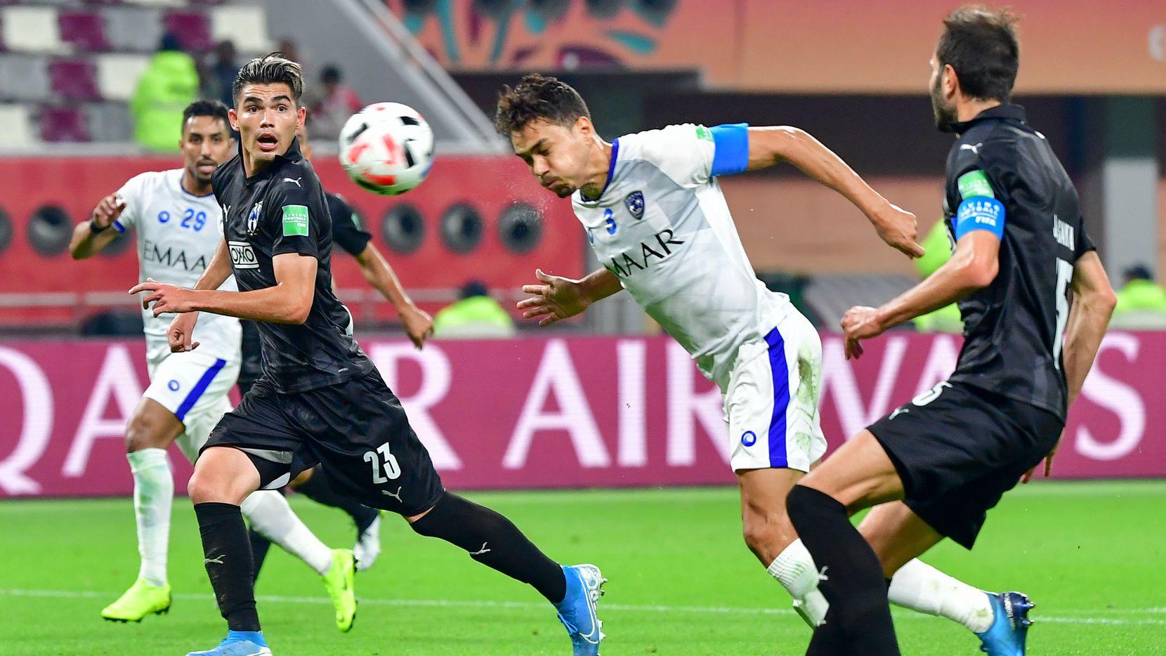 Carlos Eduardo (2do desde la der.) cabecea el balón para el Al-Hilal contra el Monterrey en el juego por el tercer puesto del 2019 FIFA Club World Cup.