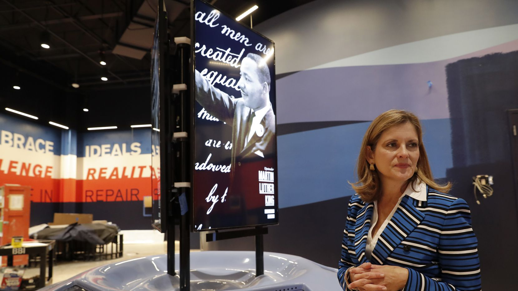 Mary Pat Higgins, presidenta y directora general del Dallas Holocaust and Human Rights Museum de Dallas, presenta el área interactiva del museo dedicada a los derechos humanos en Estados Unidos.