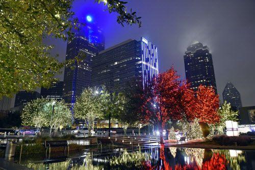 Luces navideñas afuera del AT&T Performing Arts en el centro de Dallas. (BEN TORRES)