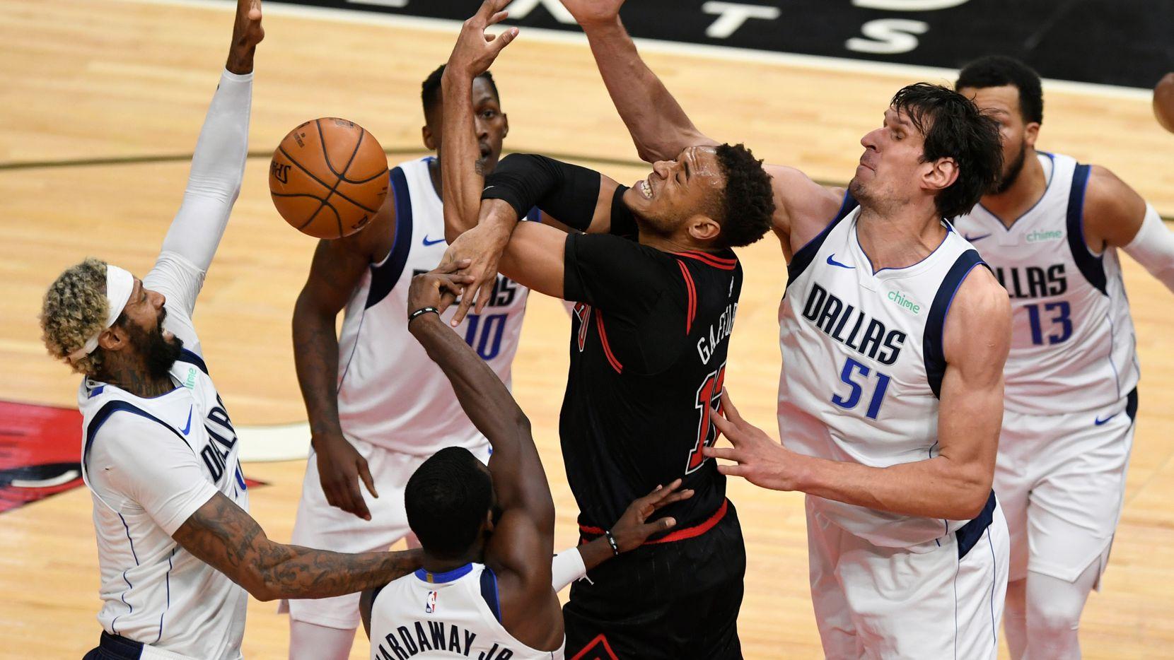 Cuatro integrantes de los Dallas Mavericks rodean al jugador de los Chicago Bulls, Garrett Temple (17), durante el partido del 3 de enero de 2020 en Chicago.