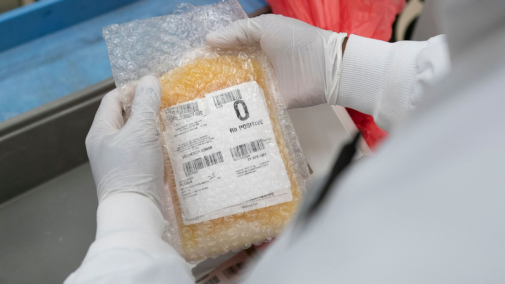 Un técnico de laboratorio congela un paquete de plasma que puede ser utilizado en pacientes con covid-19