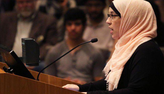 Alia Salem habla el jueves en la alcaldía de Irving en contra de un proyecto de ley que apoya la alcaldesa Beth van Duyne, el cual algunos miembros de la comunidad islámica del Norte de Texas dicen es ofensivo a su religión. (DMN/GREGORY CASTILLO)