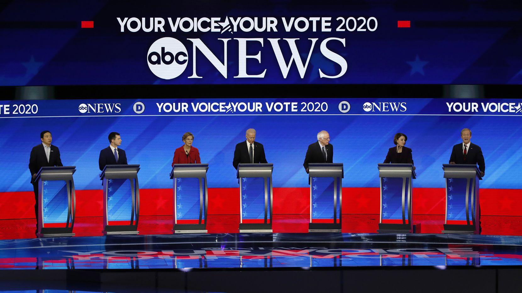 Los candidatos demócratas en el último debate del 7 de febrero. (De izq. a der.): Andrew Yang, Pete Buttigieg, Elizabeth Warren, Joe Biden, Amy Klobuchar y Tom Steyer.