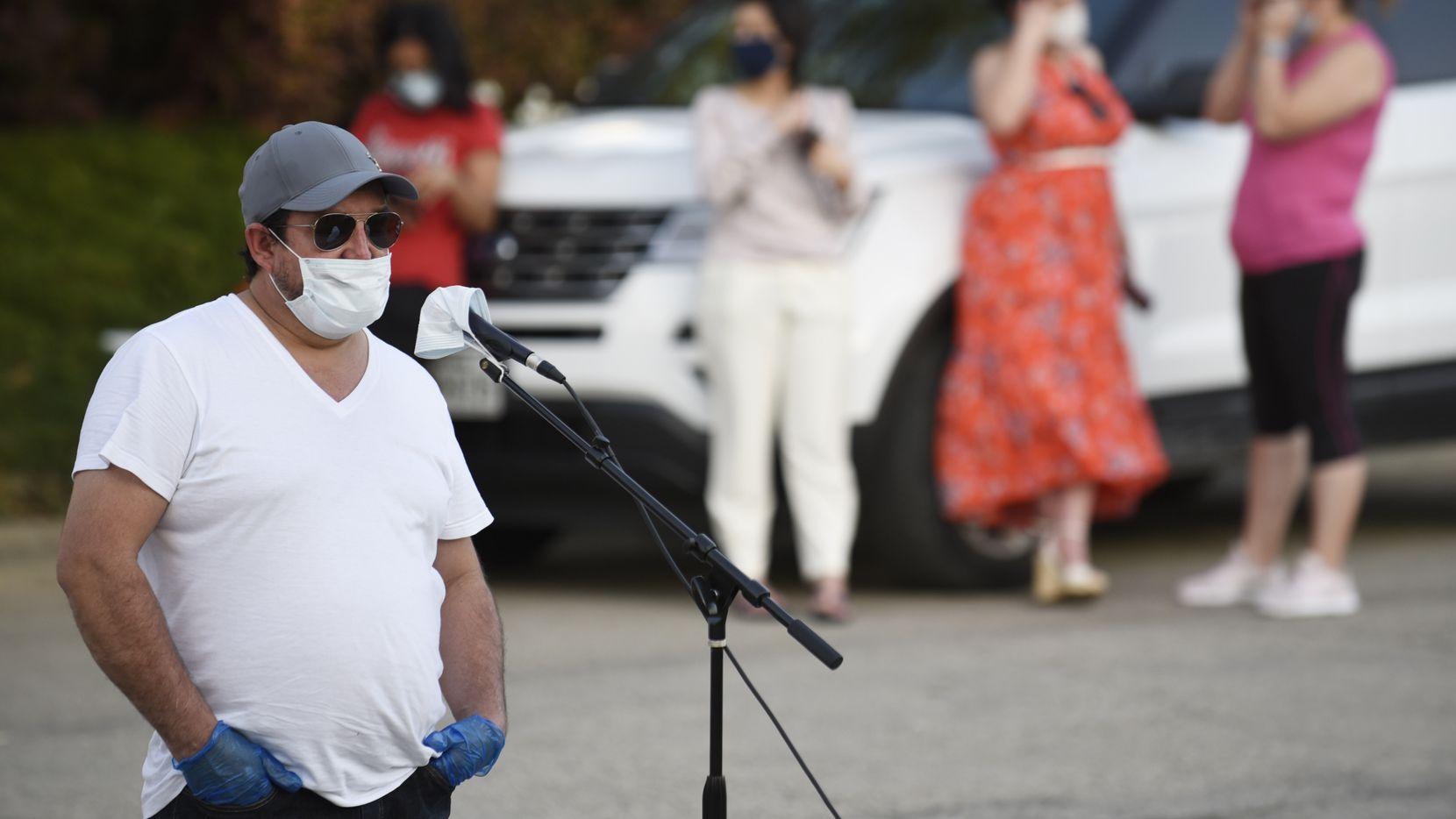 Alex Cervantes, un empleado de Quality Sausage en West Dallas, aseguró ser positivo por covid-19, durante una protesta contra la empacadora de carne, el martes.
