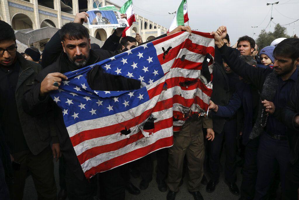 Manifestantes queman una bandera estadounidense durante una manifestación en Teherán, el viernes 3 de enero de 2020, contra el ataque de Estados Unidos que provocó la muerte del general iraní Qassem Soleimani. (AP Foto/Vahid Salemi)