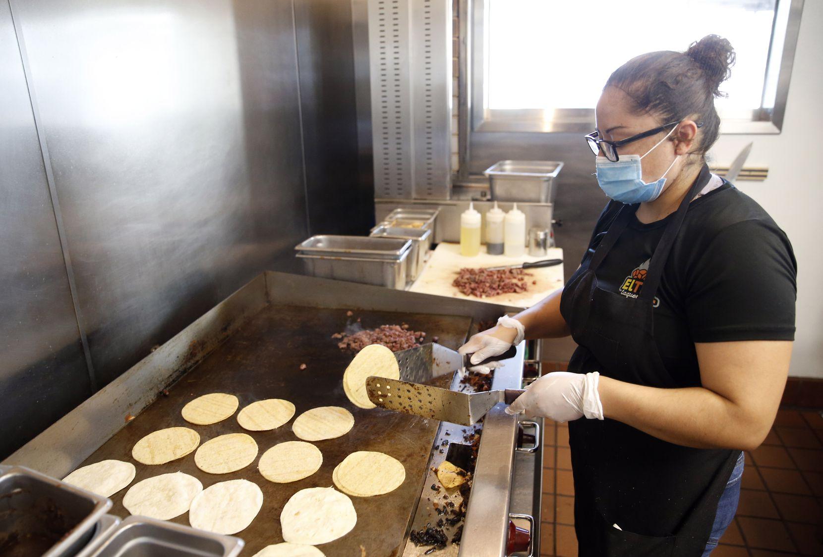 Laura Pina calienta las tortillas en El Tiz taqueria en Dallas el jueves, 30 de julio, 2020.