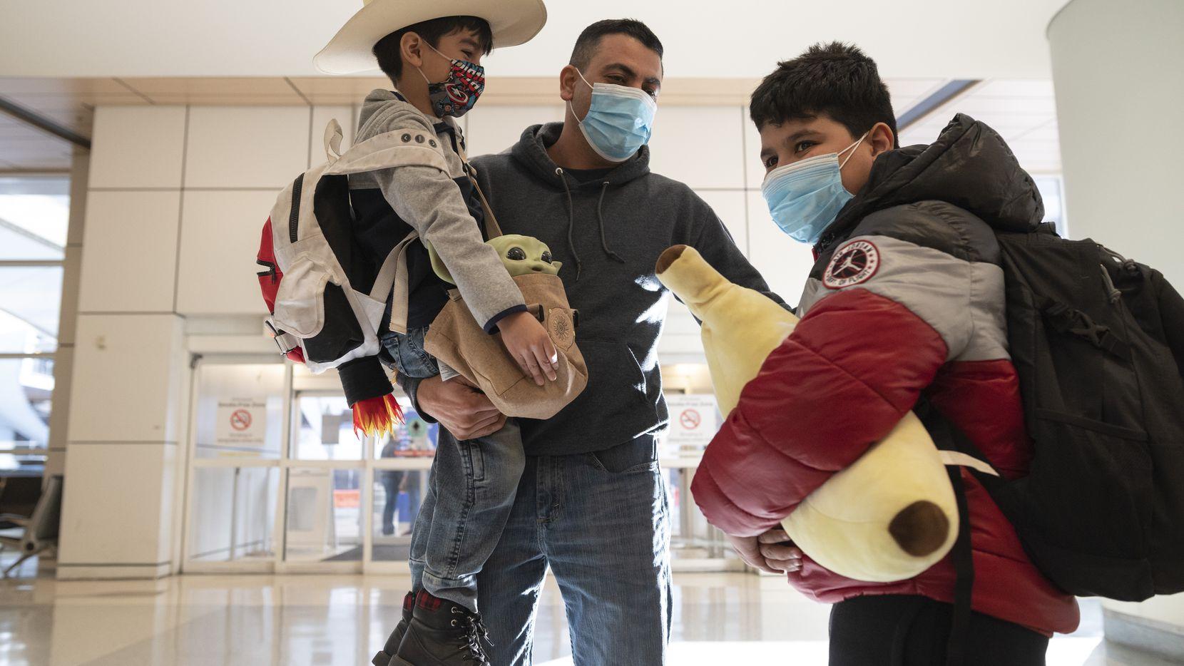 Gerardo Valles recibió a sus hijos en el Aeropuerto Internacional de Dallas-Fort Worth cuando llegaron en un vuelo proveniente de México. Los menores viajaron con su madre y tuvieron que hacerse la prueba de covid-19 antes de abordar el avión, para poder entrar a Estados Unidos.