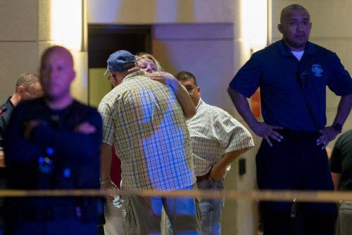 Familiares y amigos de las víctimas arriban al hospital Baylor de Dallas la noche del jueves. Fotos DMN
