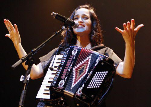Julieta Venegas durante su presentación en Dallas el domingo. BEN TORRES/AL DÍA