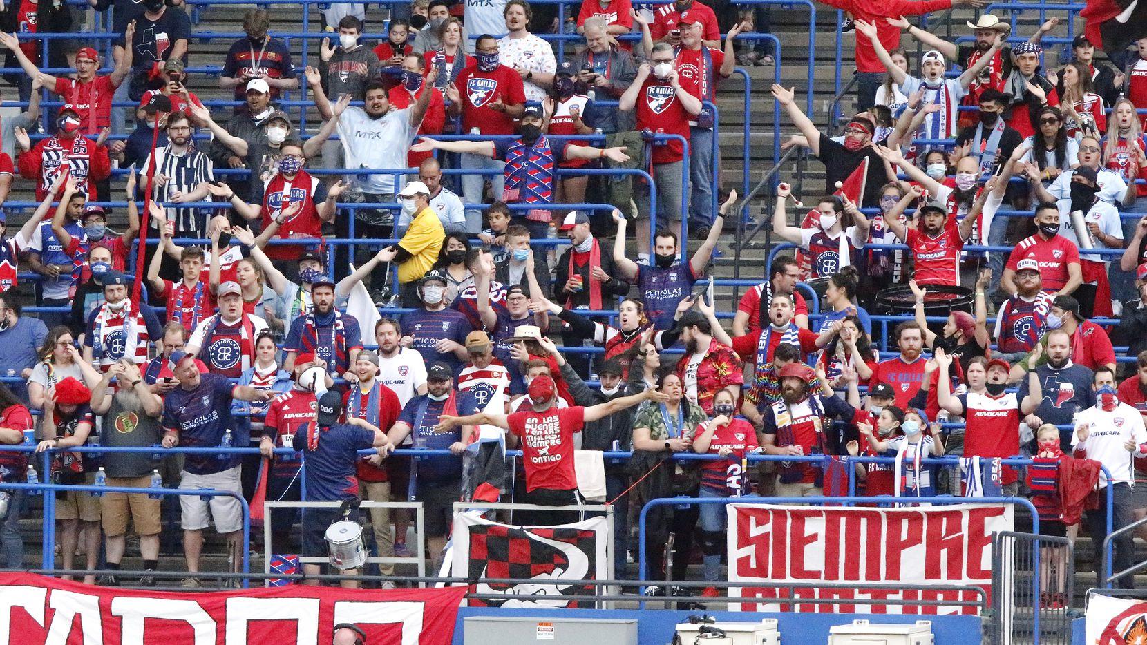 Seguidores del FC Dallas apoyan al equipo en su juego del 1 de mayo contra los Timbers de Portland en el Toyota Stadium de Frisco.
