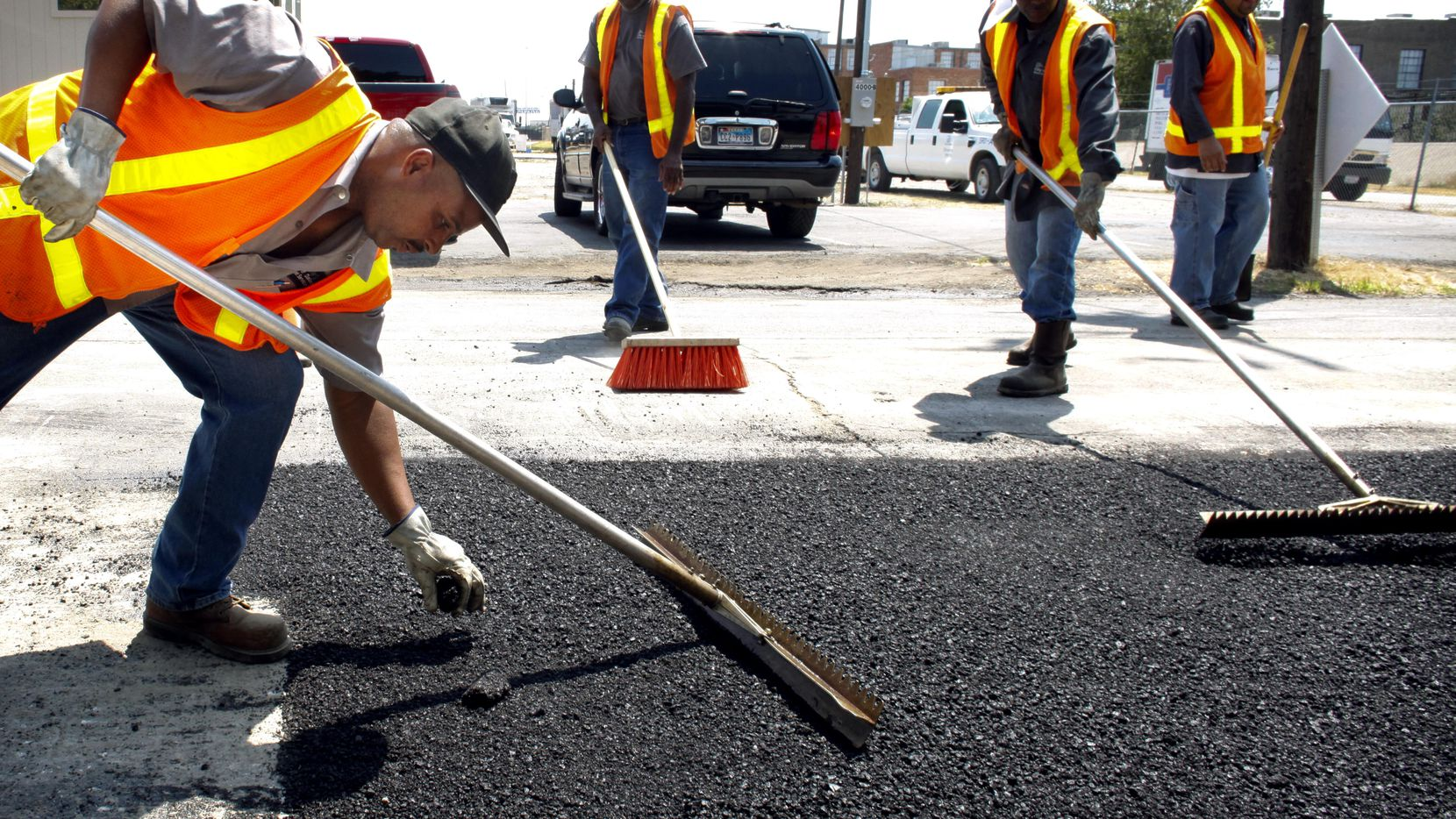 La repavimentación de las calles de Dallas empieza a ser evidente a lo largo de la ciudad, ahora que ya hay dinero.
