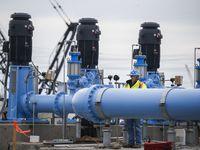 Trabajadores del Distrito Municipal de Agua del Norte de Texas en la planta de procesamiento en Wylie.