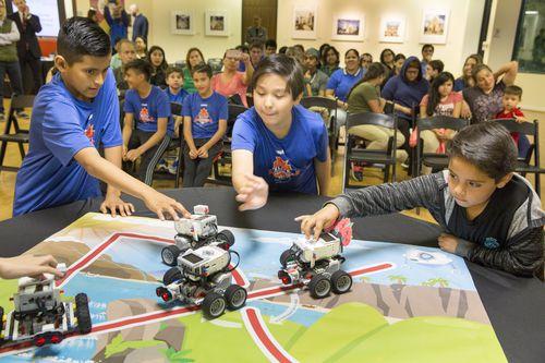 Emanuelle Dávila, Joseph Pérez y Haron Vidaña durante un experimiento con autos robóticos. RON HEFLIN/DMN