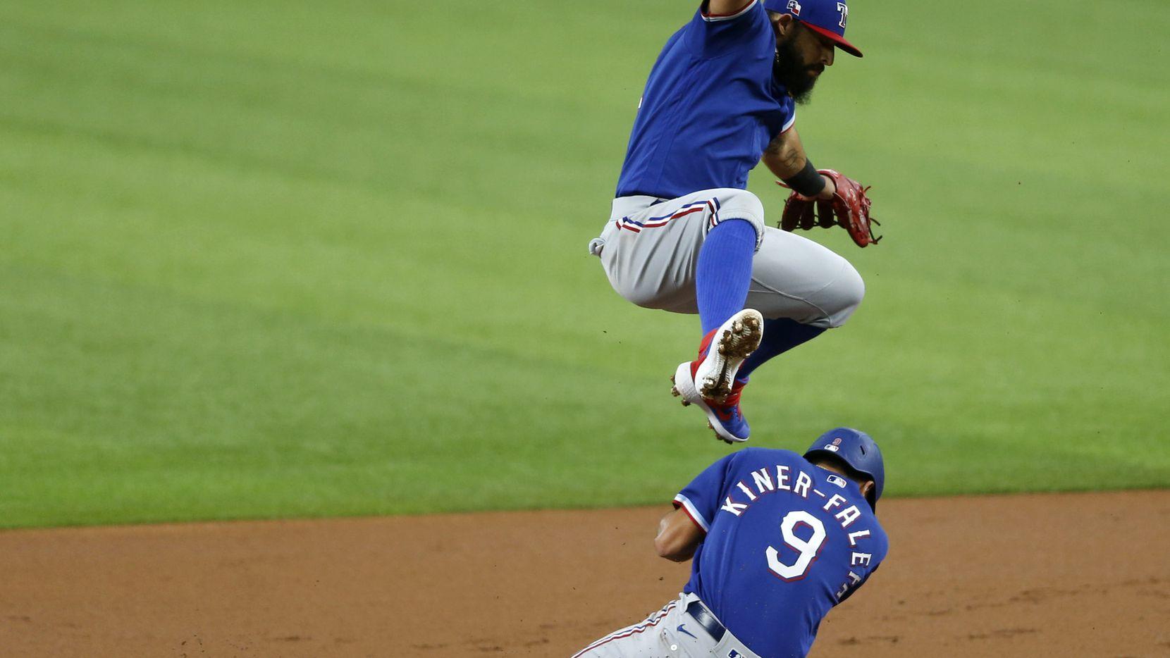 Rougned Odor (12) salta sobre Isiah Kiner-Falefa durante un juego interescuadras de los Rangres de Texas en el Globe Lige Park de Arlington, el 7 de julio de 2020.