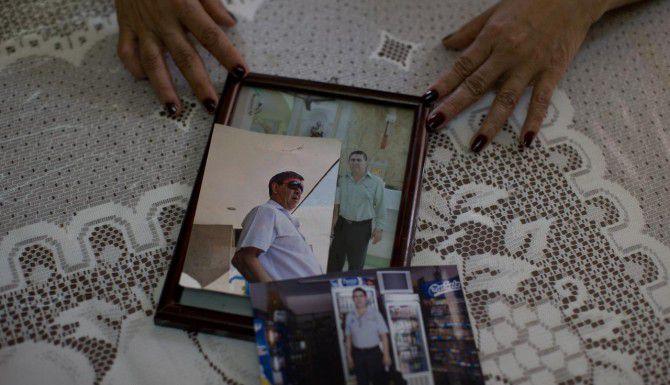 Yolanda Álvarez muestra fotos de su marido, Luis Alberto Castillo. Su marido fue secuestrado en enero del 2013. Luego, ella fue también secuestrada. (AP/DARIO LOPEZ-MILLS)