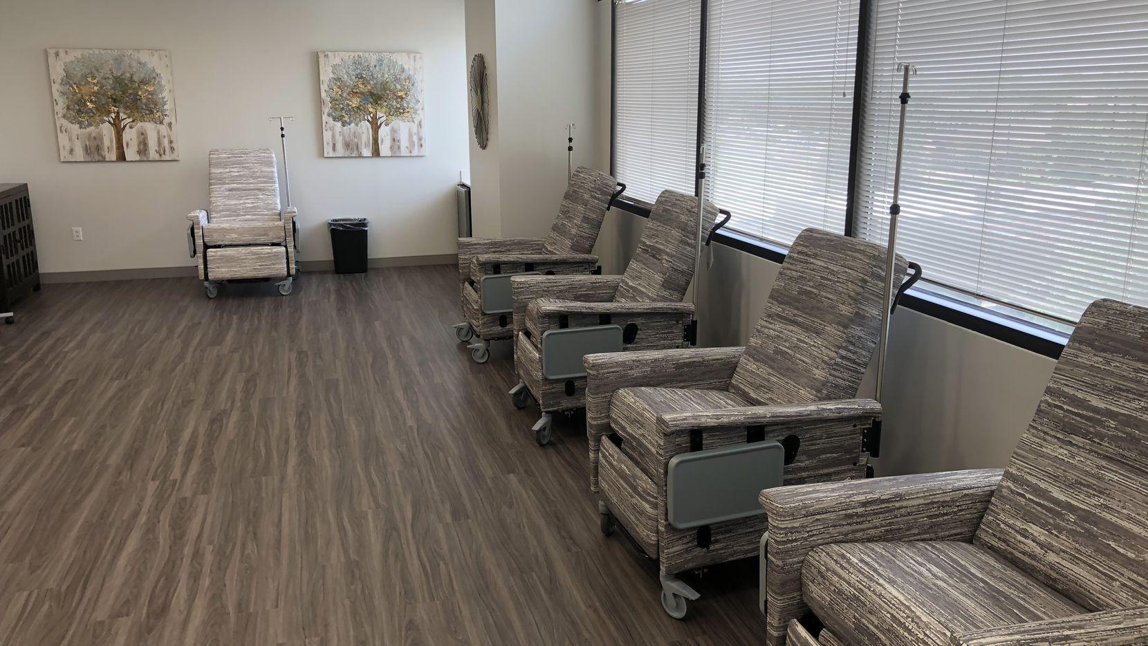 La División de Manejo de Emergencias de Texas abrió un centro de recibir tratamiento de infusión con anticuerpos monoclonales de Regeneron en Fort Worth. Más de estos centros están abriendo en el Norte de Texas para tratar a pacientes de covid-19 potencialmente más vulnerables.