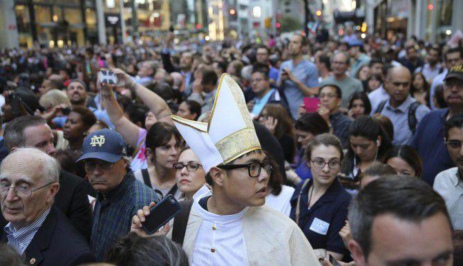 Una multitud esperaba al Papa en la Catedral de St. Patrick, en Nueva York. (NYT/RICHARD PERRY)