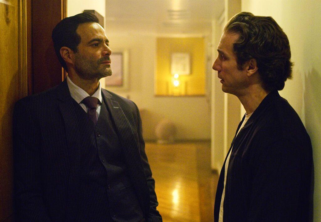 """En esta imagen proporcionada por Netflix Luis Roberto Guzmán, izquierda, y Eugenio Siller en una escena de la segunda temporada de  """"¿Quién mató a Sara?"""" que se estrena el 19 de mayo. (Netflix via AP)"""