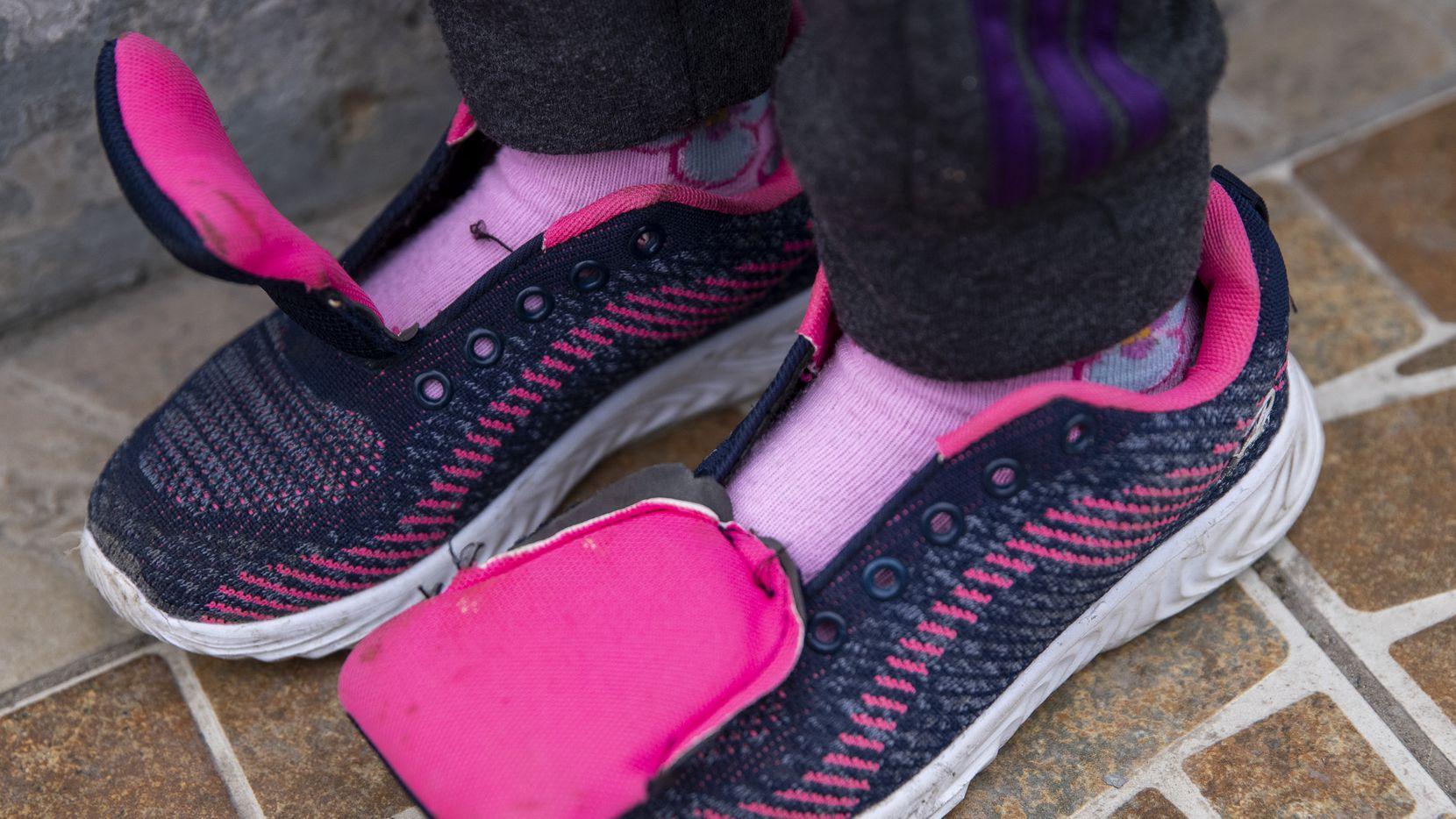 Los pies de una niña migrante en Reynosa, México.